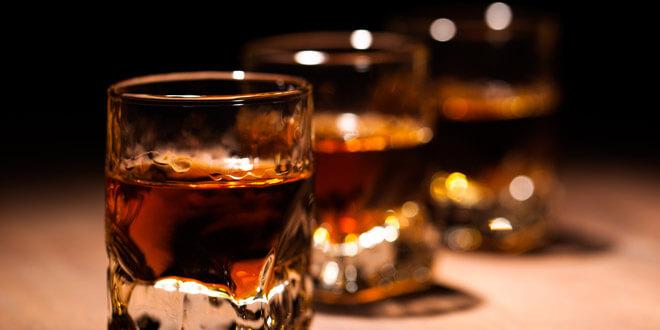 Bildergebnis für dark rum in glass